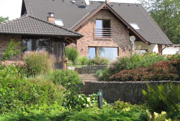 Slunná zahrada s přírodním okolím